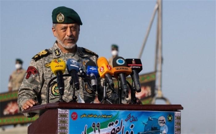 دریادار سیاری: ارتش با تمام توان در خدمت مردم است