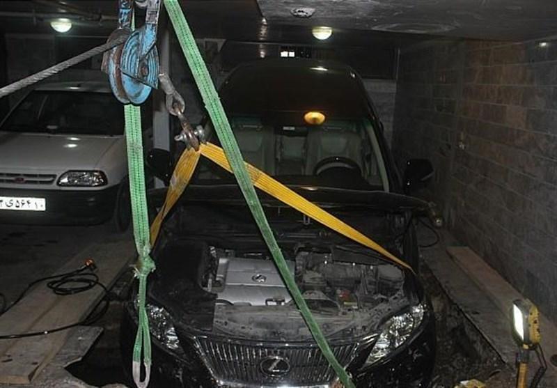 سقوط لکسوس در گودال 3 متری پارکینگ
