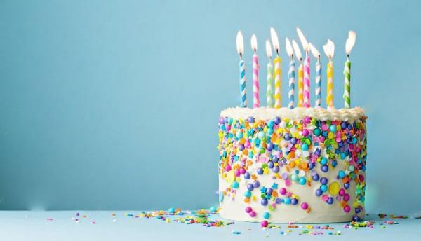 طرز تهیه کیک تولد خامه ای در خانه با آموزش خامه کشی